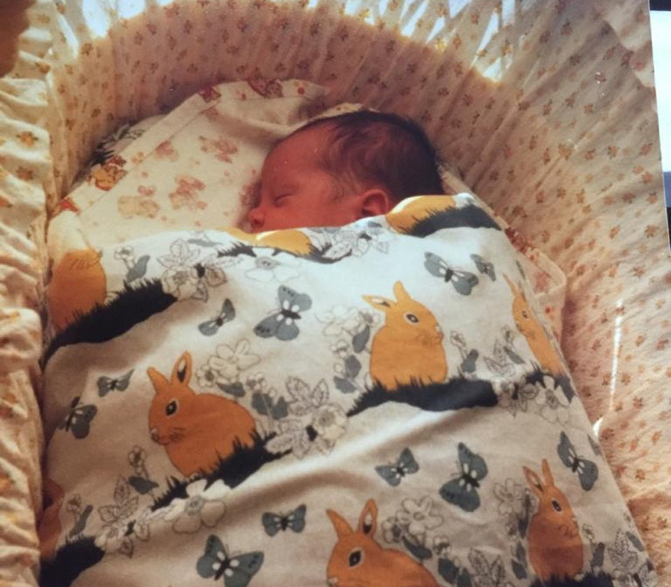 To νεογέννητο μωρό της φωτογραφίας είναι σήμερα διάσημος Έλληνας τραγουδιστής! | tlife.gr
