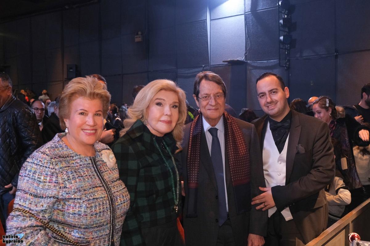 """Ο Πρόεδρος της Κύπρου και η Μαριάννα Βαρδινογιάννη, απόλαυσαν την """"Παριζιάνα"""" στο θέατρο Broadway! [pics]"""