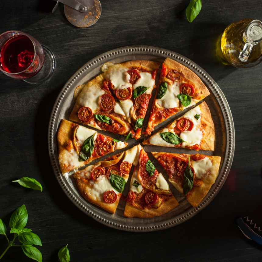 Σπιτική πίτσα με Mozzarella και βασιλικό