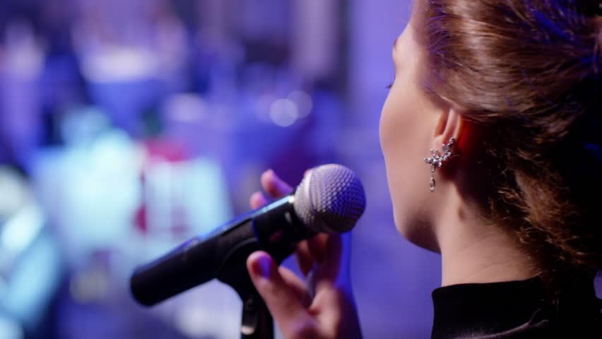 Tραγουδίστρια από την Θεσσαλονίκη καταγγέλει ξυλοδαρμό της στο κέντρο που τραγουδούσε! [pics] | tlife.gr