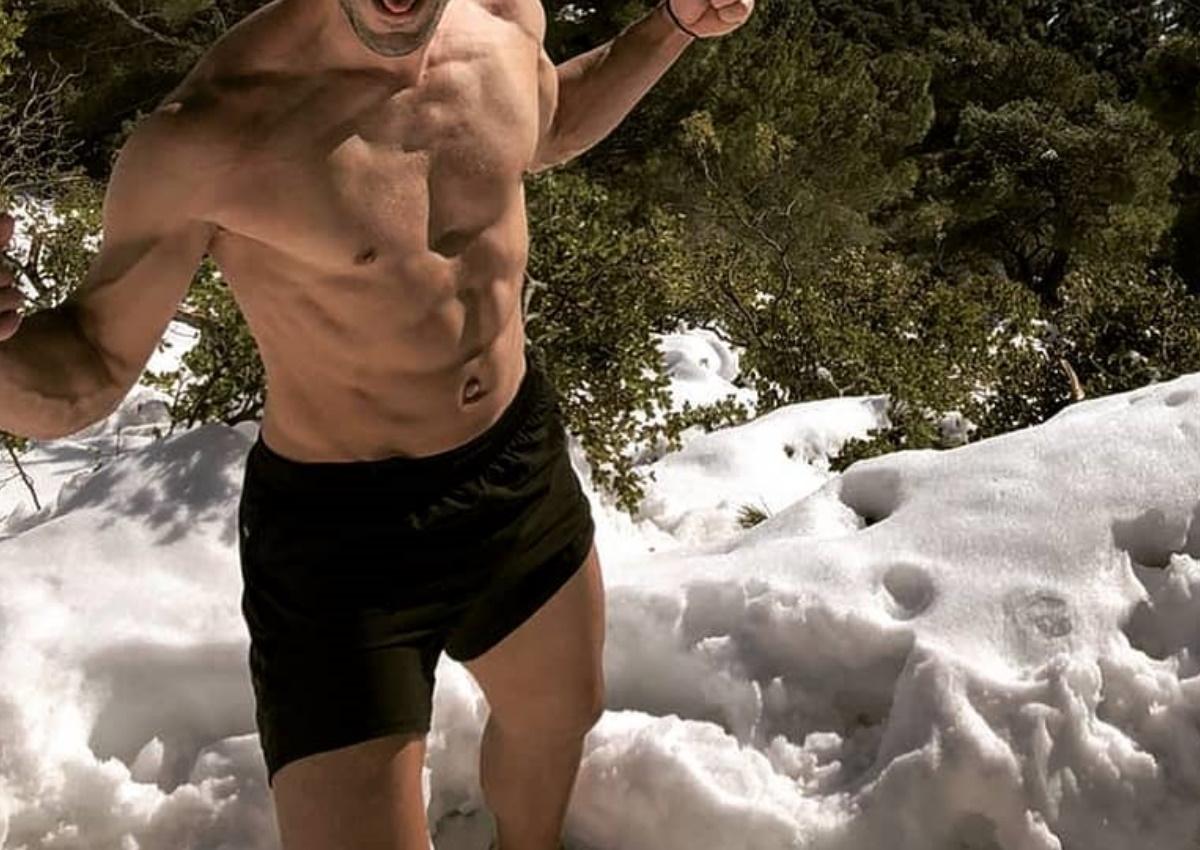Πρώην παίκτης του Survivor ανέβηκε το χιονισμένο βουνό της Πάρνηθας… ημίγυμνος! [pic]