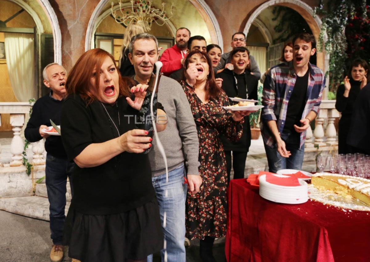 Βίκυ Σταυροπούλου – Χρήστος Χατζηπαναγιώτης: Κοπή της πίτας με απρόοπτα στο θέατρο! [pics]