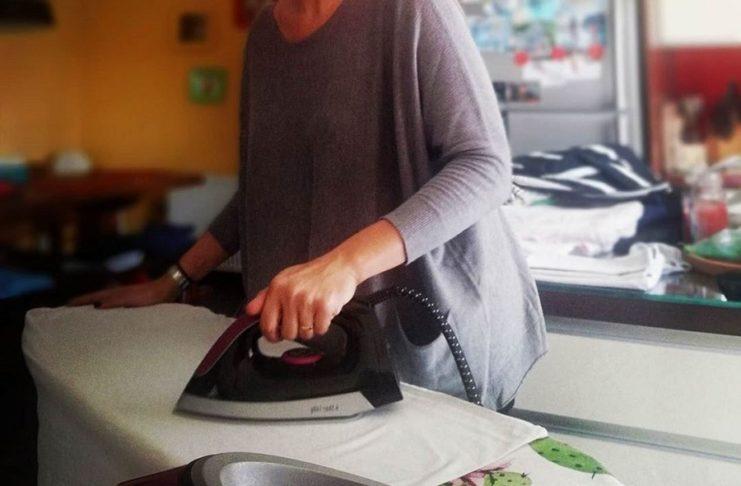 Από τα έδρανα της Βουλής στο σπίτι για σιδέρωμα, με φαρδιά ρούχα και χωρίς μακιγιάζ! | tlife.gr