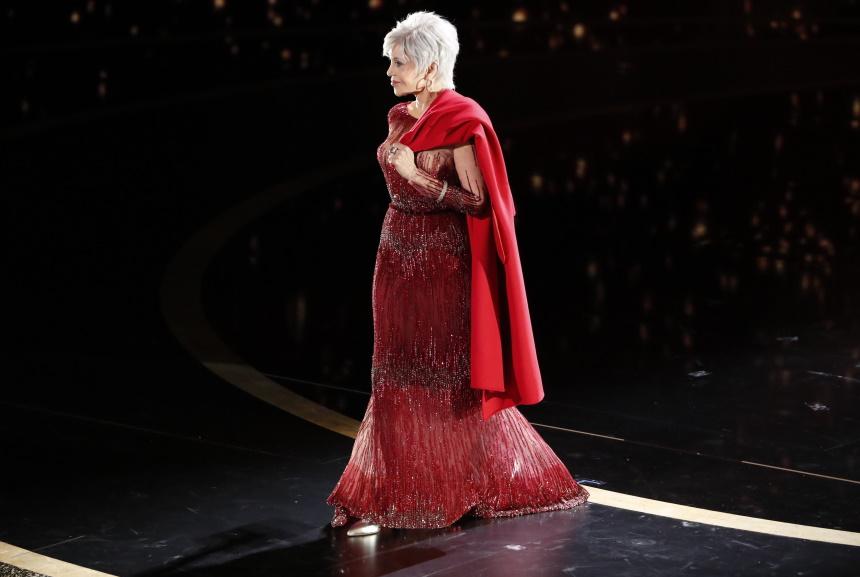 ΟΣΚΑΡ 2020: Η Jane Fonda έκλεψε τις εντυπώσεις με κατακόκκινο σύνολο και κάτασπρα μαλλιά! [pics] | tlife.gr