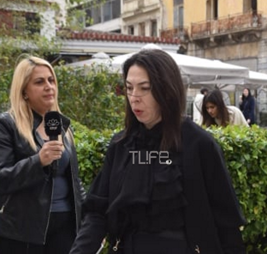 Αλίκη Κατσαβού: Συντετριμμένη στο παρεκκλήσι της Μητρόπολης, όπου βρίσκεται η σορός του Κώστα Βουτσά | tlife.gr