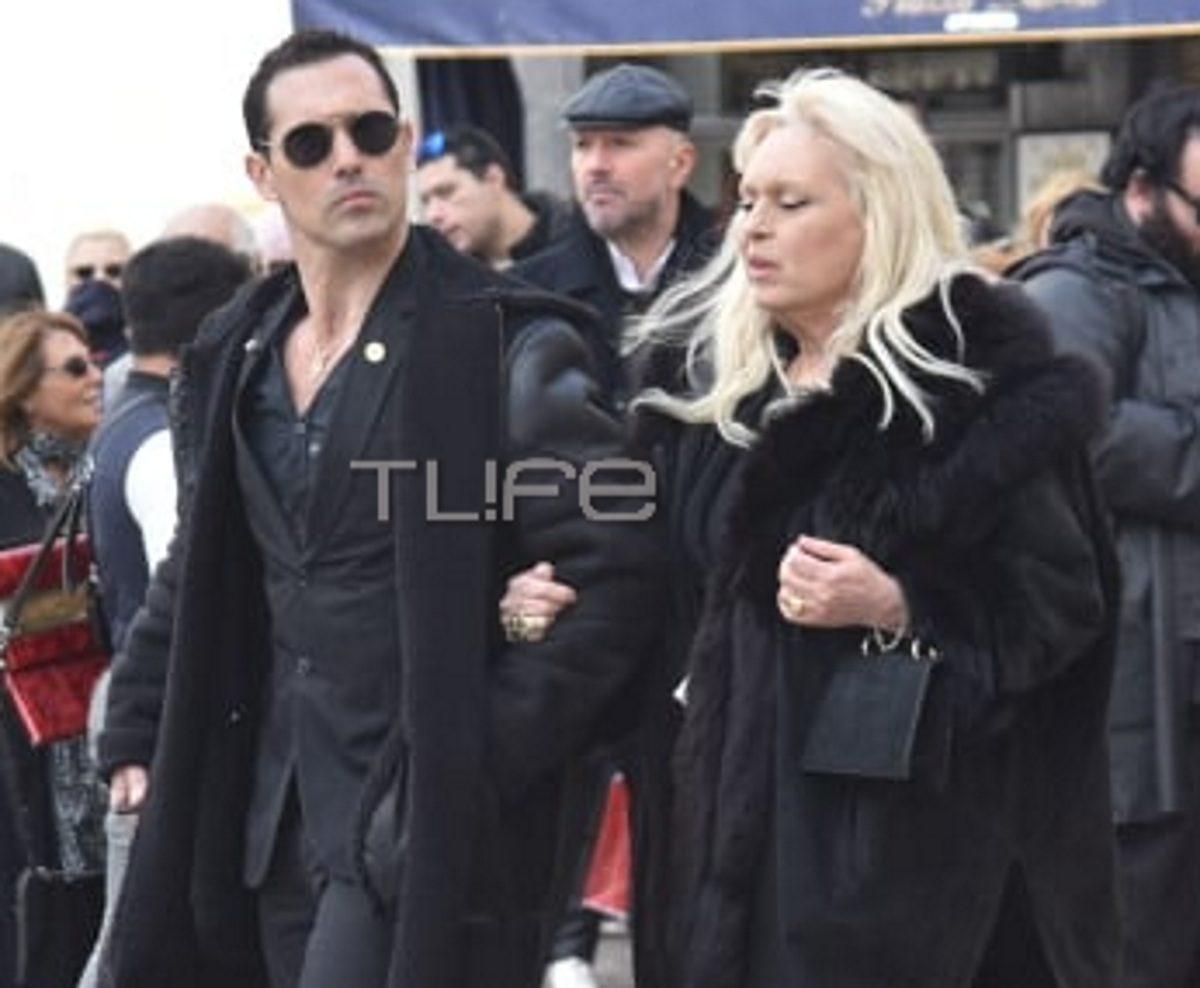 Άνθιμος Ανανιάδης: Θλιμμένος με την μητέρα του Εύη Καραγιάννη στην κηδεία του Κώστα Βουτσά | tlife.gr