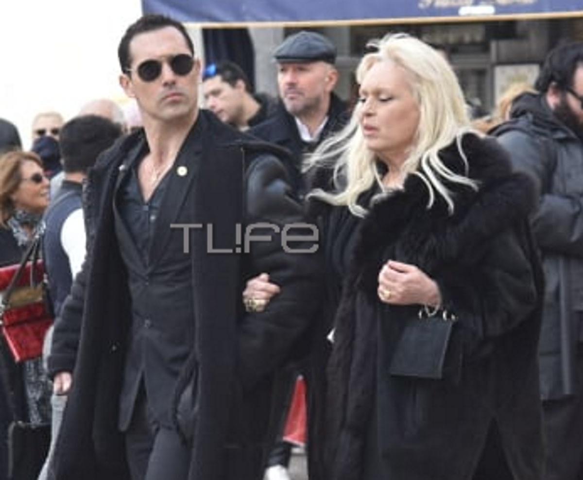 Άνθιμος Ανανιάδης: Θλιμμένος με την μητέρα του Εύη Καραγιάννη στην κηδεία του Κώστα Βουτσά
