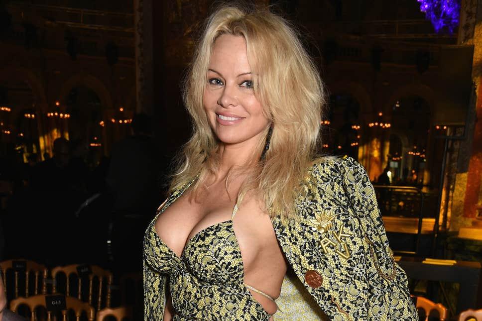 Η Pamela Anderson δεν παντρεύτηκε πότε νόμιμα με τον σύζυγό της! Έτσι την χώρισε ο Jon Peters | tlife.gr