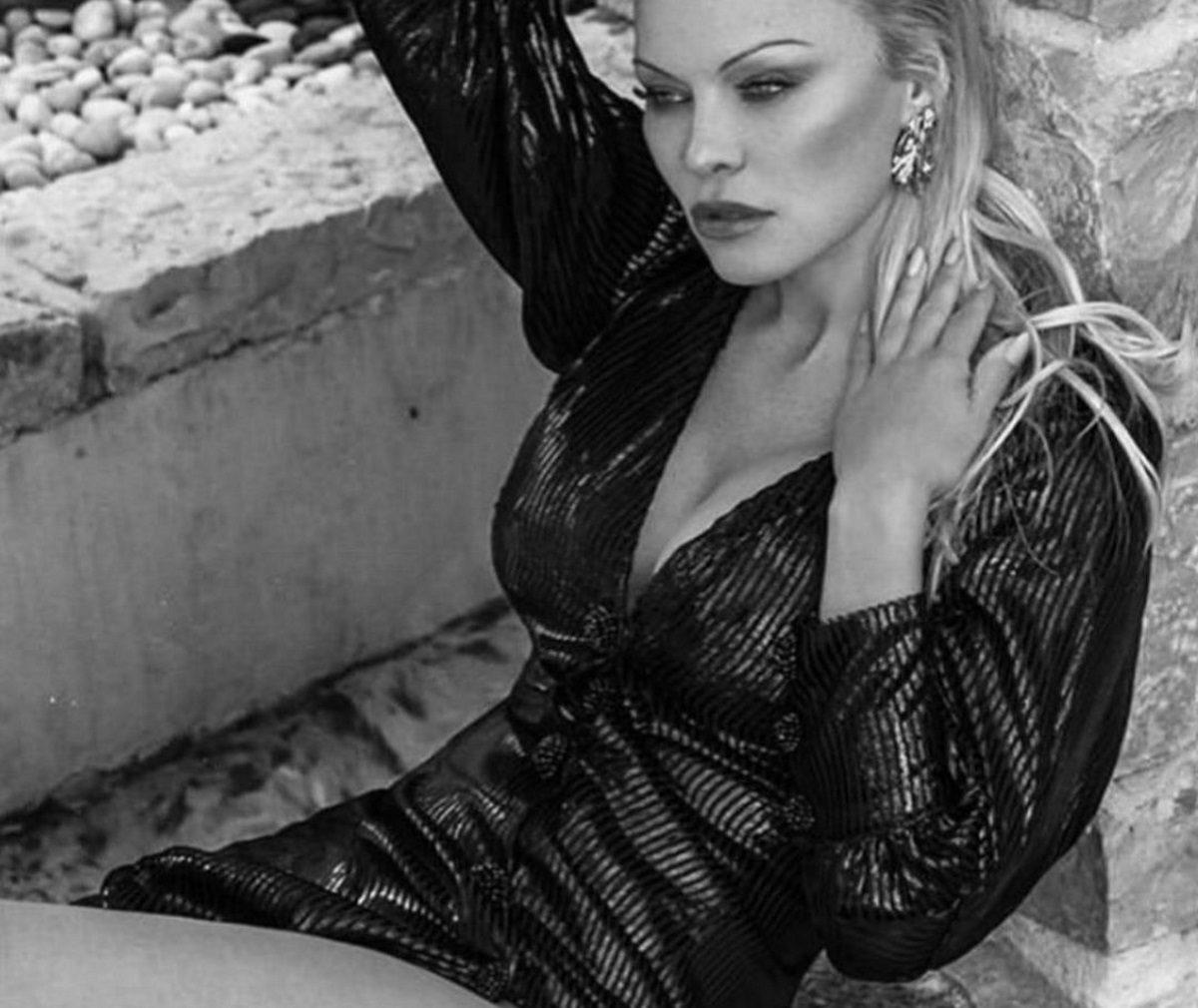 """Pamela Anderson: Ο πρώην σύζυγός της Jon Peters την κατηγορεί ότι του """"έφαγε"""" 200.000 δολάρια!   tlife.gr"""