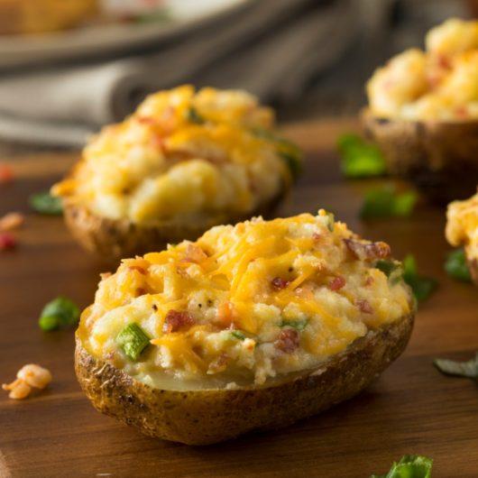 Πατάτες φούρνου, γεμιστές με λιωμένο τυρί και μπέικον   tlife.gr
