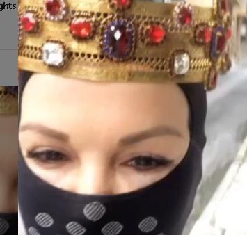 Ποια Ελληνίδα ηθοποιός βγήκε με φουλ μάσκα και κορώνα, για να πάει σούπερ – μάρκετ; Βίντεο
