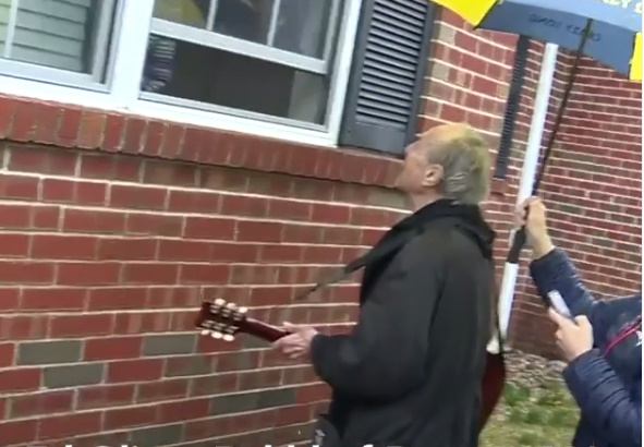 Ηλικιωμένος κάνει καντάδα στην αγαπημένη του που αρρώστησε από κορονοϊό! Το βίντεο που θα σε κάνει να δακρύσεις   tlife.gr