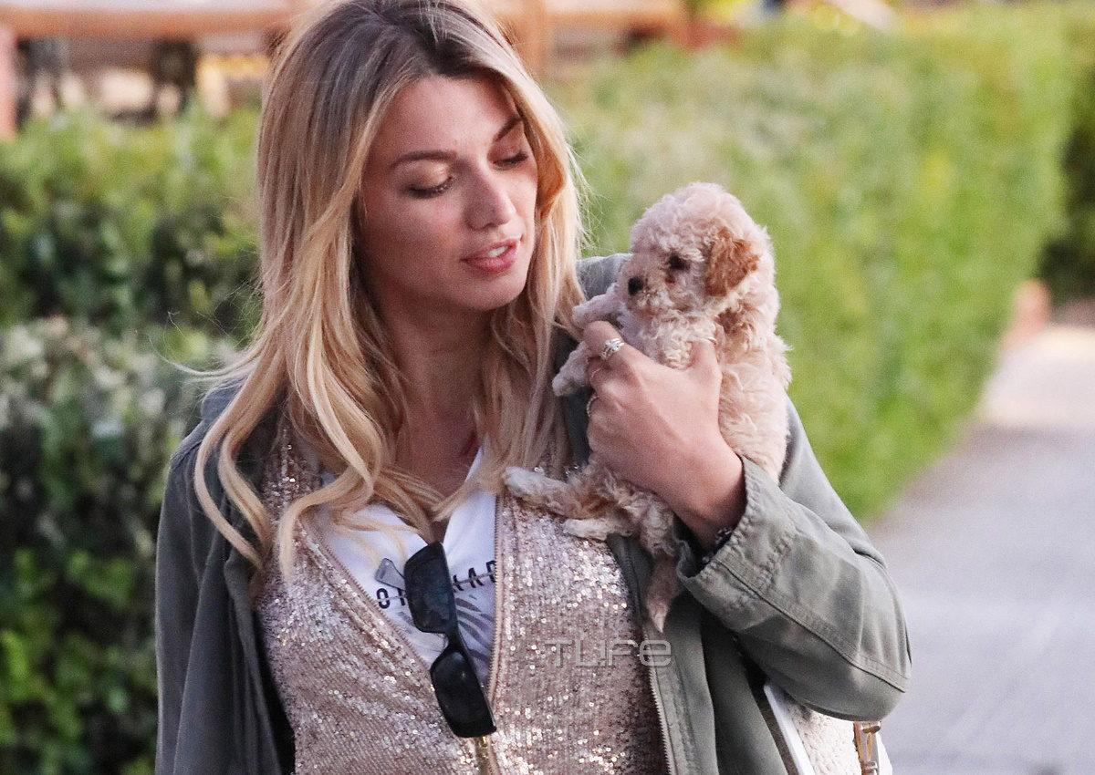 Κωνσταντίνα Σπυροπούλου: Πρωινή βόλτα στη Γλυφάδα με casual look και το σκυλάκι της αγκαλιά! [pics]   tlife.gr