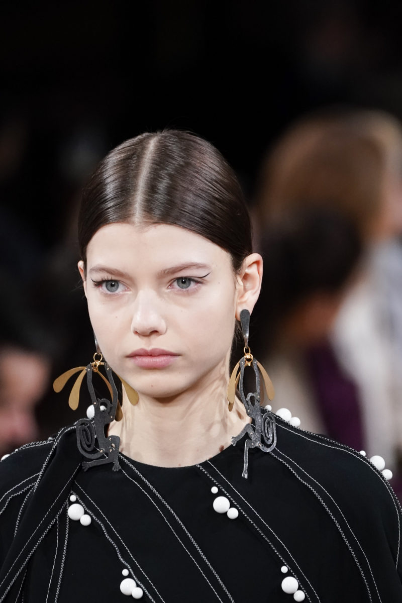 Στο backstage της Stella McCartney η αισθητικός Tata Harper είχε τον πρώτο λόγο για τα look των μοντέλων!   tlife.gr