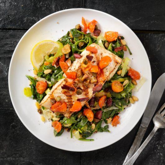 Συνταγή: Μπακαλιάρος στο φούρνο με σπανάκι και ντομάτα   tlife.gr