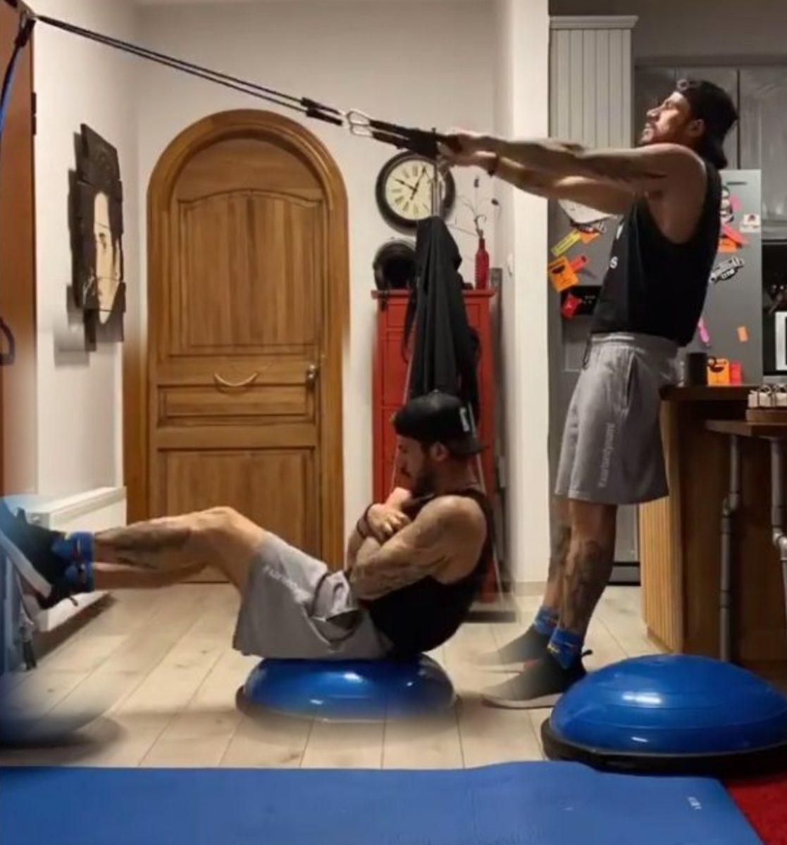 Ο Άκης Πετρετζίκης γυμνάζεται στο σπίτι του λόγω κορονοϊού – Έτσι έχει «χτίσει» σώμα! [video] | tlife.gr