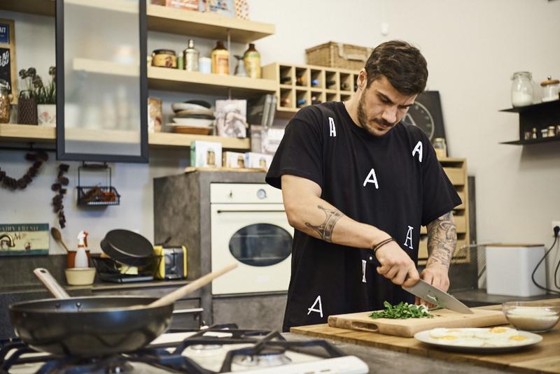 Άκης Πετρετζίκης: Στηρίζει το «Μένουμε Σπίτι» και μαγειρεύει σε live streaming από την κουζίνα του! [video] | tlife.gr