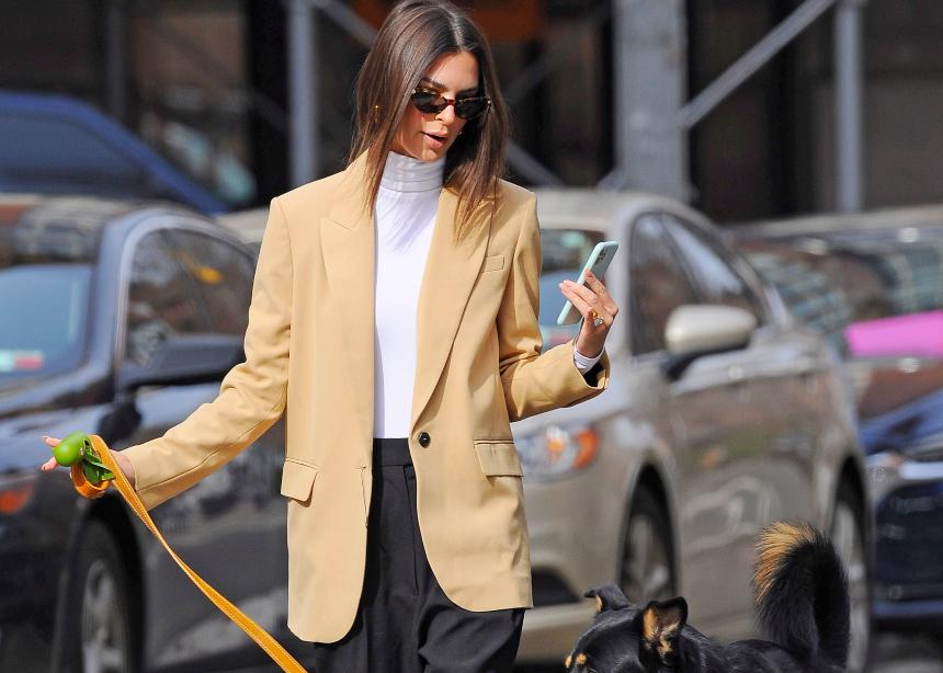 H Emily Ratajkowski φοράει το μαύρο παντελόνι με ανοιξιάτικο style