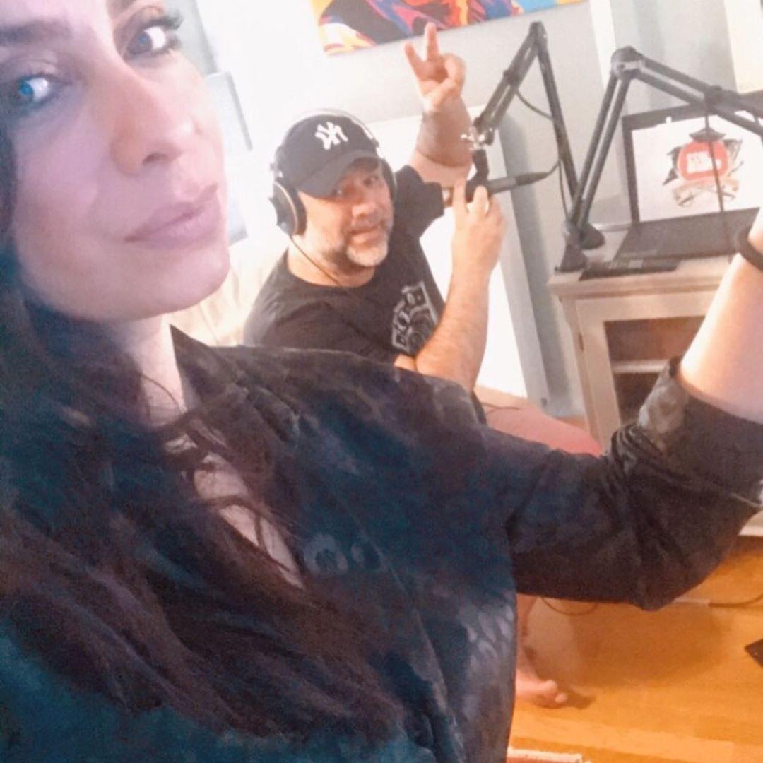 Γρηγόρης Αρναούτογλου: Κάνει ραδιoφωνική εκπομπή από το σπίτι, μαζί με την αγαπημένη του! [pics]