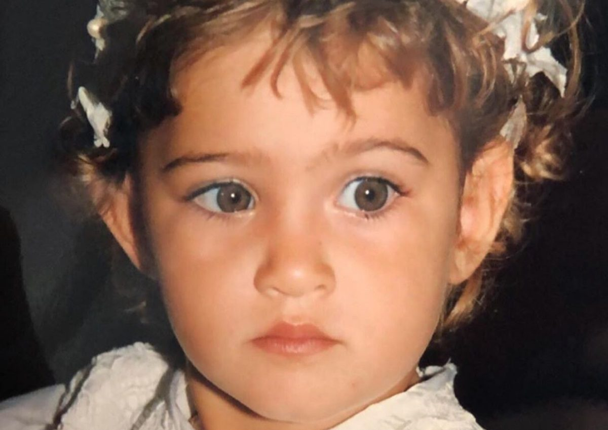 Το χαριτωμένο κοριτσάκι της φωτογραφίας είναι γνωστή Ελληνίδα – Την αναγνωρίζεις;   tlife.gr