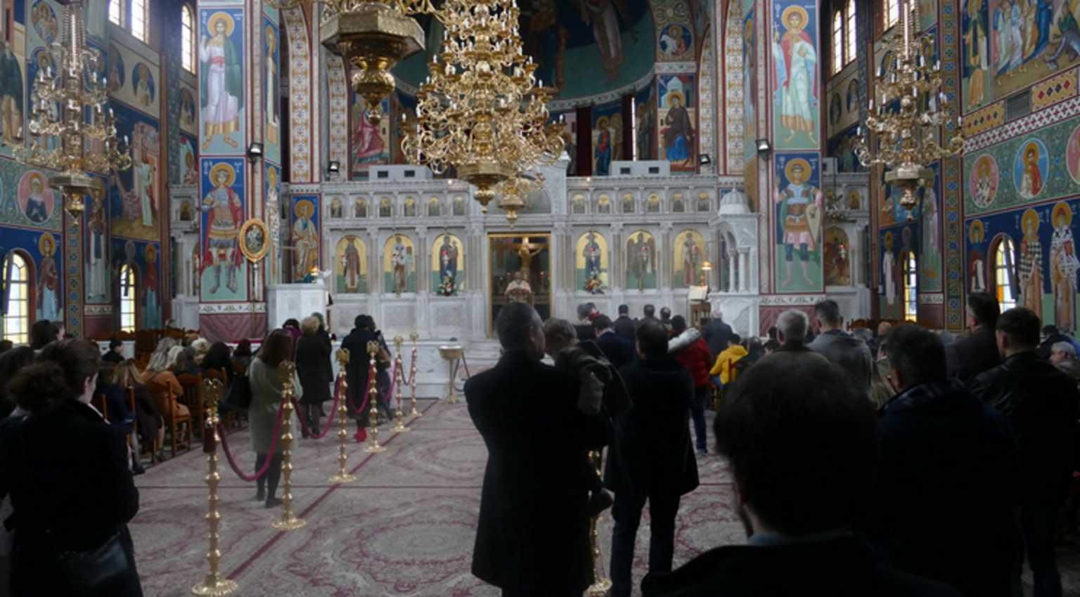 Λάρισα: Ουρές στις εκκλησίες για να κοινωνήσουν!