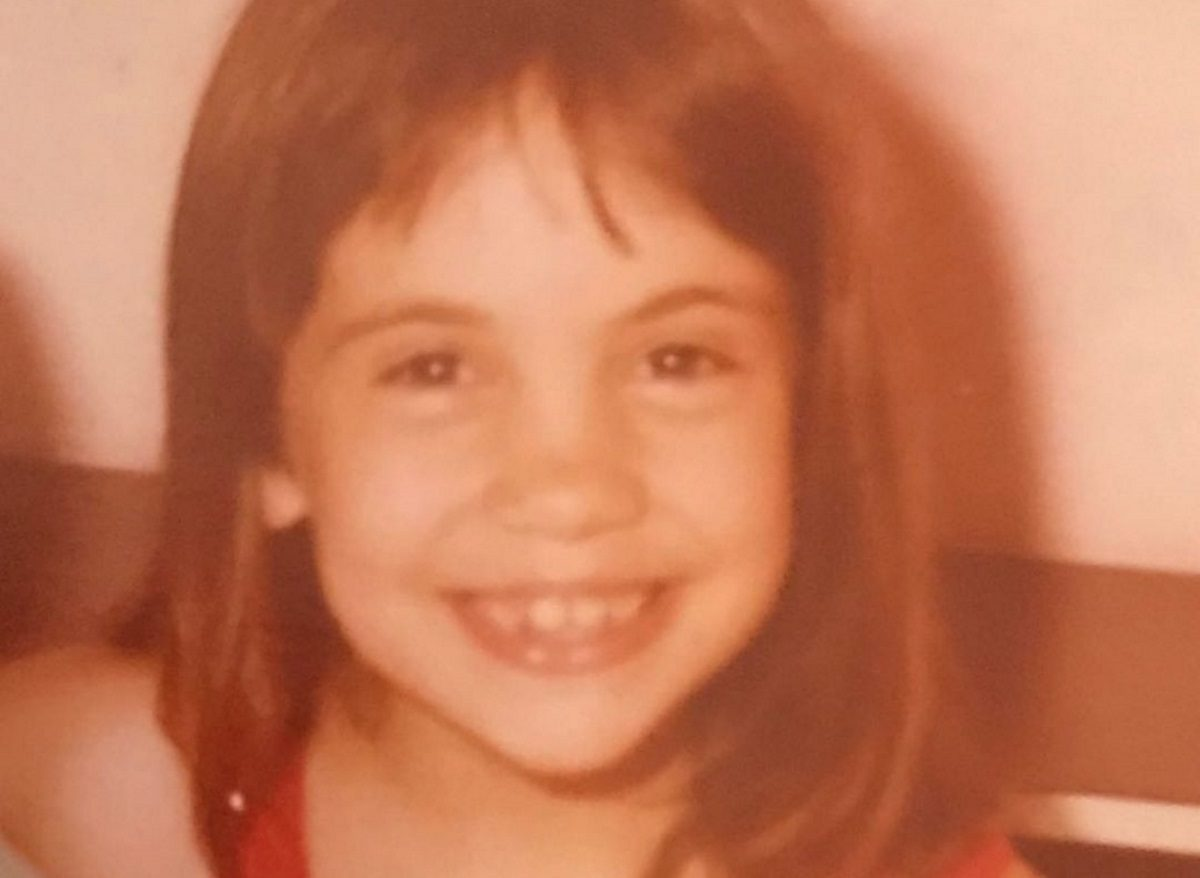 Αναγνωρίζεις το κοριτσάκι της φωτογραφίας; Είναι γνωστή Ελληνίδα ηθοποιός   tlife.gr