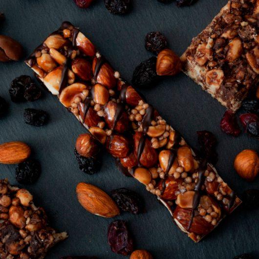 Σπιτική μπάρα δημητριακών με σοκολάτα και αμύγδαλα | tlife.gr