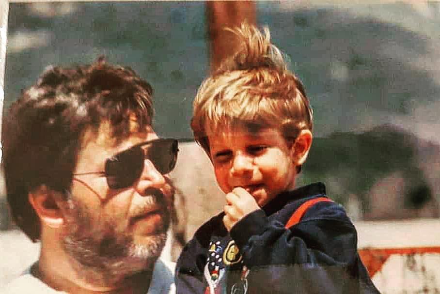 Ο πιτσιρικάς της φωτογραφίας είναι γνωστός Έλληνας ηθοποιός – Τον αναγνωρίζεις; | tlife.gr
