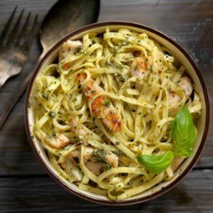 Συνταγή: Μακαρόνια με κοτόπουλο και σάλτσα πέστο