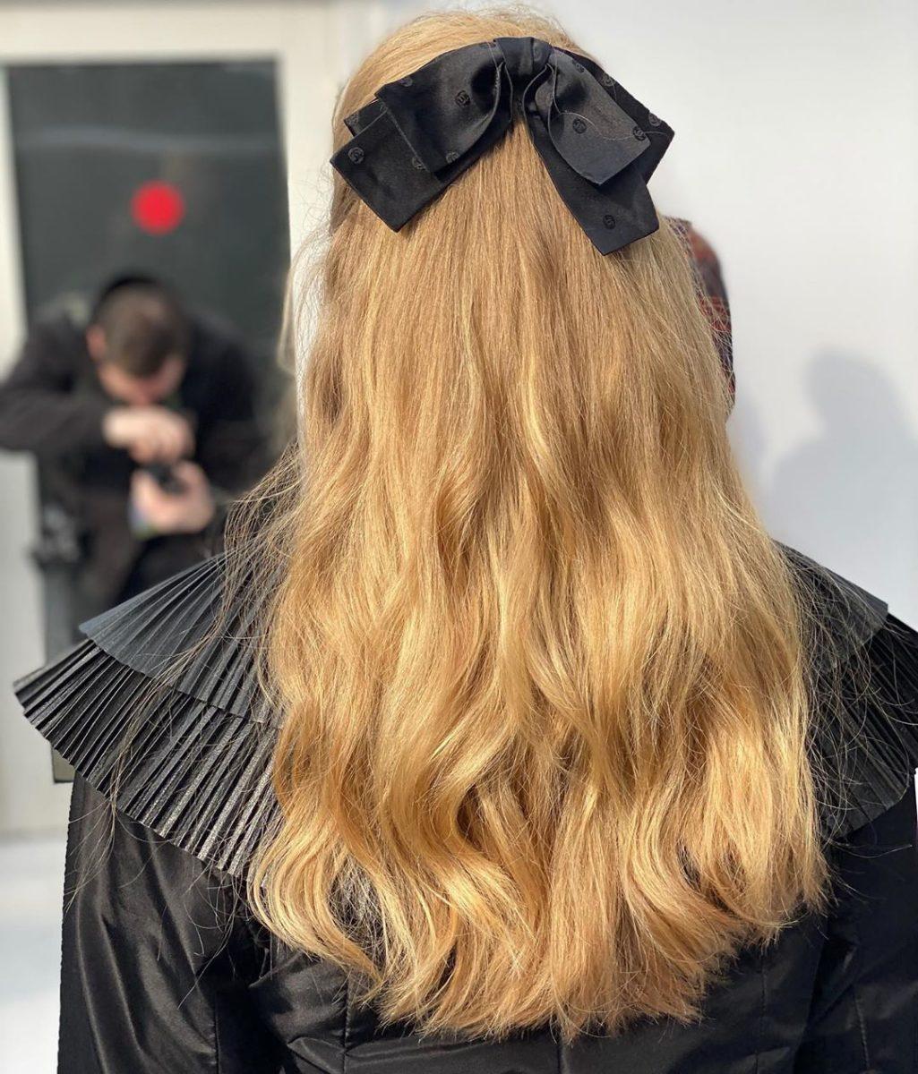 Οι φιόγκοι και τα μισά πιασμένα μαλλιά επέστρεψαν. Πάρε ιδέες! | tlife.gr