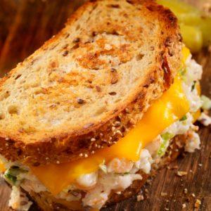 Συνταγή για πεντανόστιμο σάντουιτς με τόνο και λιωμένο τυρί