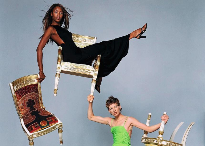 Ο οίκος Versace επιστρέφει στα 90s λόγω…κορονοϊού!