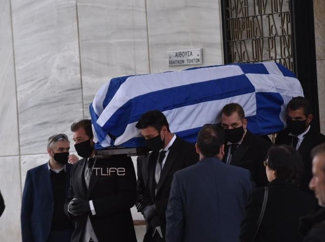 Μανώλης Γλέζος: Με την ελληνική σημαία στο φέρετρο και μέτρα κορονοϊού η κηδεία του μεγάλου Έλληνα