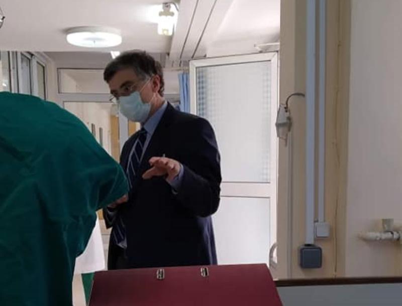 Σωτήρης Τσιόδρας: Συγκινούν οι φωτογραφίες του αγαπημένου γιατρού της Ελλάδας! Κάθε μέρα επισκέπτεται το νοσοκομείο