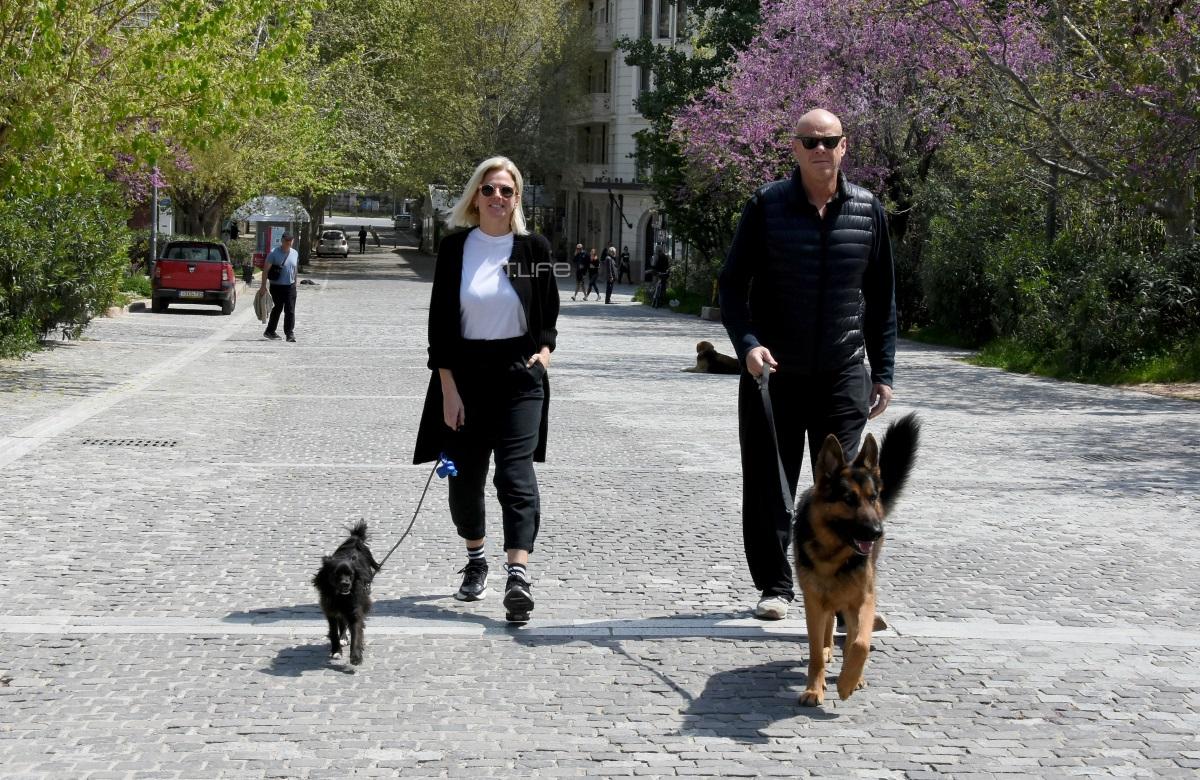 Χριστίνα Κοντοβά – Τζώνη Καλημέρης: Βόλτα με τα σκυλιά τους στο ηλιόλουστο κέντρο της Αθήνας [pics]