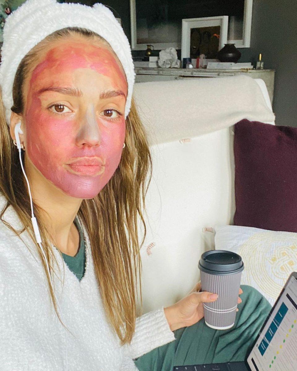 Η Jessica Alba έκανε τον Jimmy Fallon να βάλει στέκα με… αυτάκια γάτας και να κάνει μάσκα on air! | tlife.gr