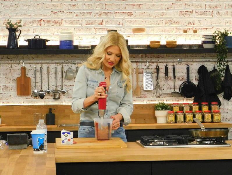 Φαίη Σκορδά: Μπήκε στην κουζίνα και έφτιαξε πασχαλινά κουλουράκια μαζί με τους γιους της! [video]