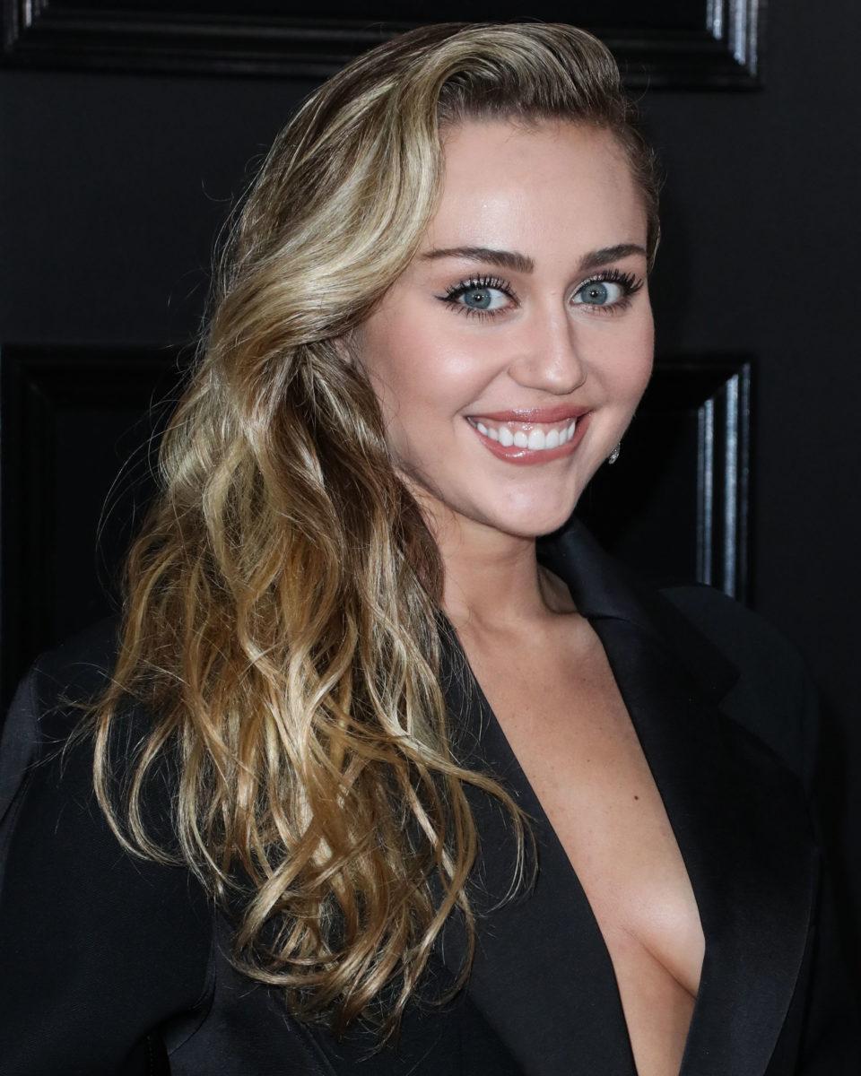 Η Miley Cyrus είναι η τελευταία διάσημη που κούρεψε τον φίλο της!   tlife.gr