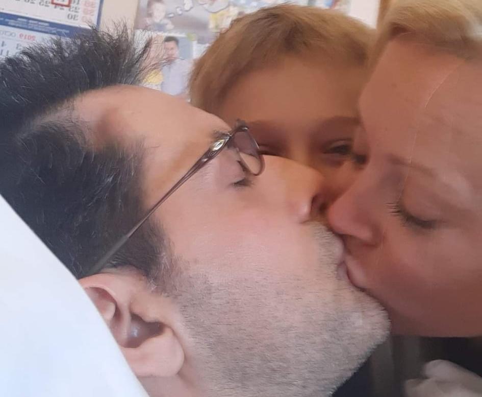Κωνσταντίνος Αγγελίδης: Η σύζυγός του συγκινεί με την οικογενειακή φωτογραφία τους!