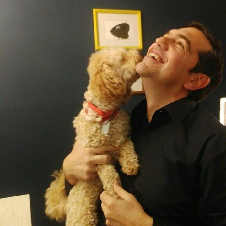 Αλέξης Τσίπρας: Οι προσωπικές στιγμές με το σκυλί της οικογένειας και η εργασία από το σπίτι! Φωτογραφίες   tlife.gr