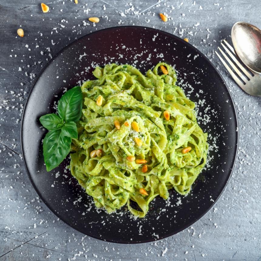 Συνταγή για πεντανόστιμα φετουτσίνι με σάλτσα από αβοκάντο