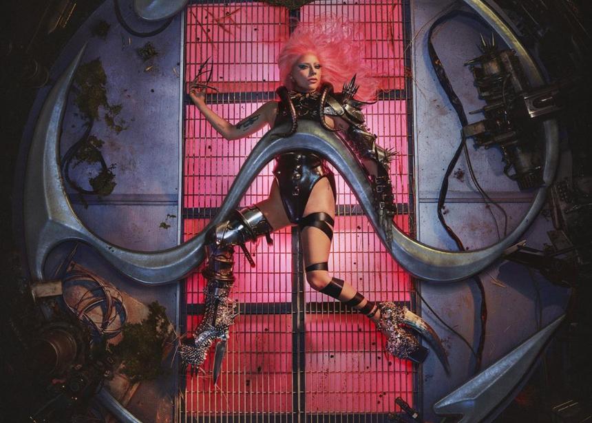 Ποιος σχεδιαστής δημιούργησε το φετίχ σύνολο της Lady Gaga στο εξώφυλλο του νέου της album;