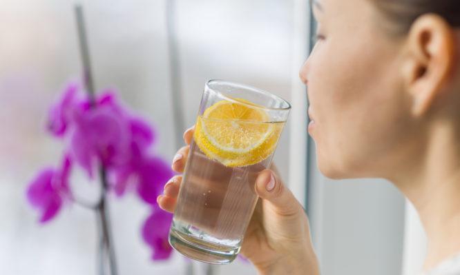 Νερό με λεμόνι: Βοηθάει τελικά στην καύση λίπους; Τι λένε οι επιστήμονες | tlife.gr