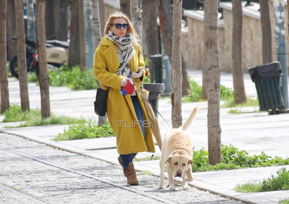 Σμαράγδα Καρύδη: Πρωινή βόλτα στη γειτονιά της με casual look και την καλύτερη παρέα! Φωτογραφίες