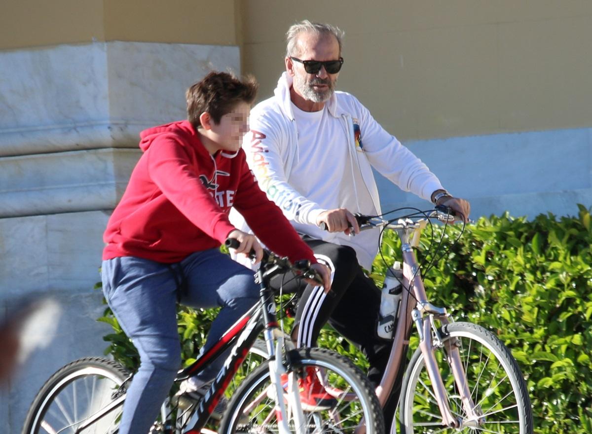 Πέτρος Κωστόπουλος: Ποδηλατάδα με τον 12χρονο γιο του στο Ζάππειο [pics]