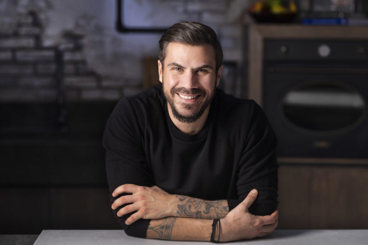 Ο Άκης Πετρετζίκης παραμένει στον Alpha και την επόμενη σεζόν – Η επίσημη ανακοίνωση του σταθμού | tlife.gr