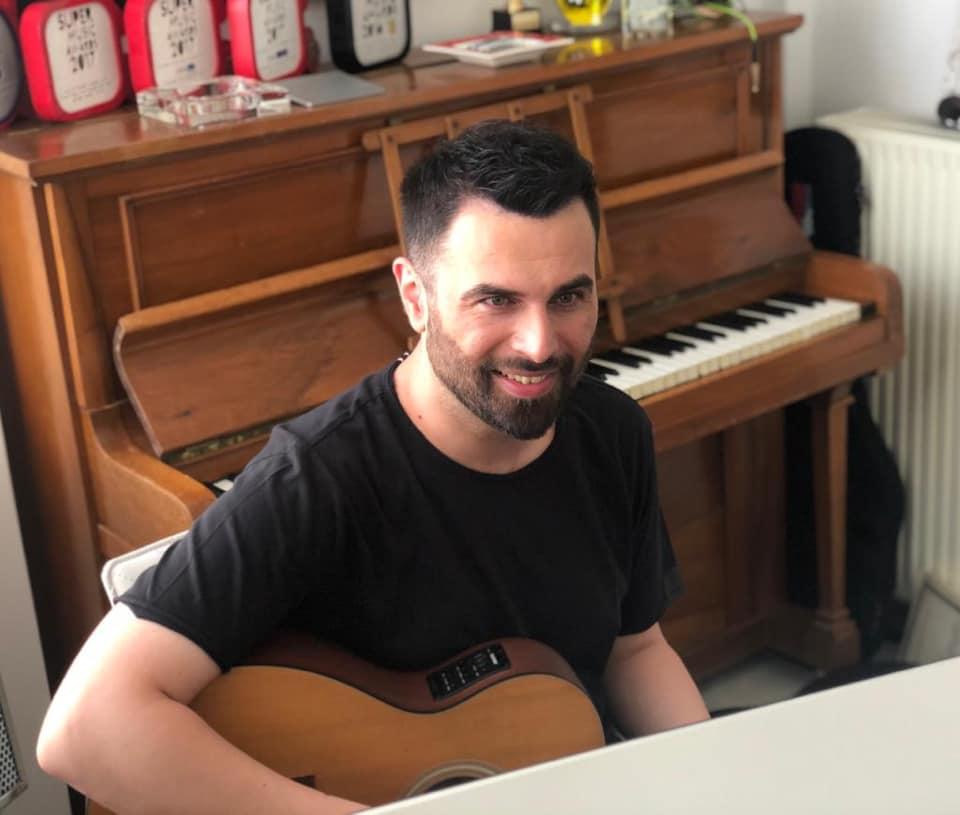 Ο Γιώργος Παπαδόπουλος τραγούδησε μέσω skype στον Σύνδεσμο Προστασίας Παιδιών και ΑμΕΑ