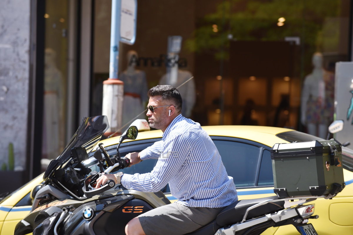 Κώστας Σόμμερ: Easy rider… στο Κολωνάκι! Οι βόλτες του στο κέντρο της Αθήνας – Φωτογραφίες | tlife.gr