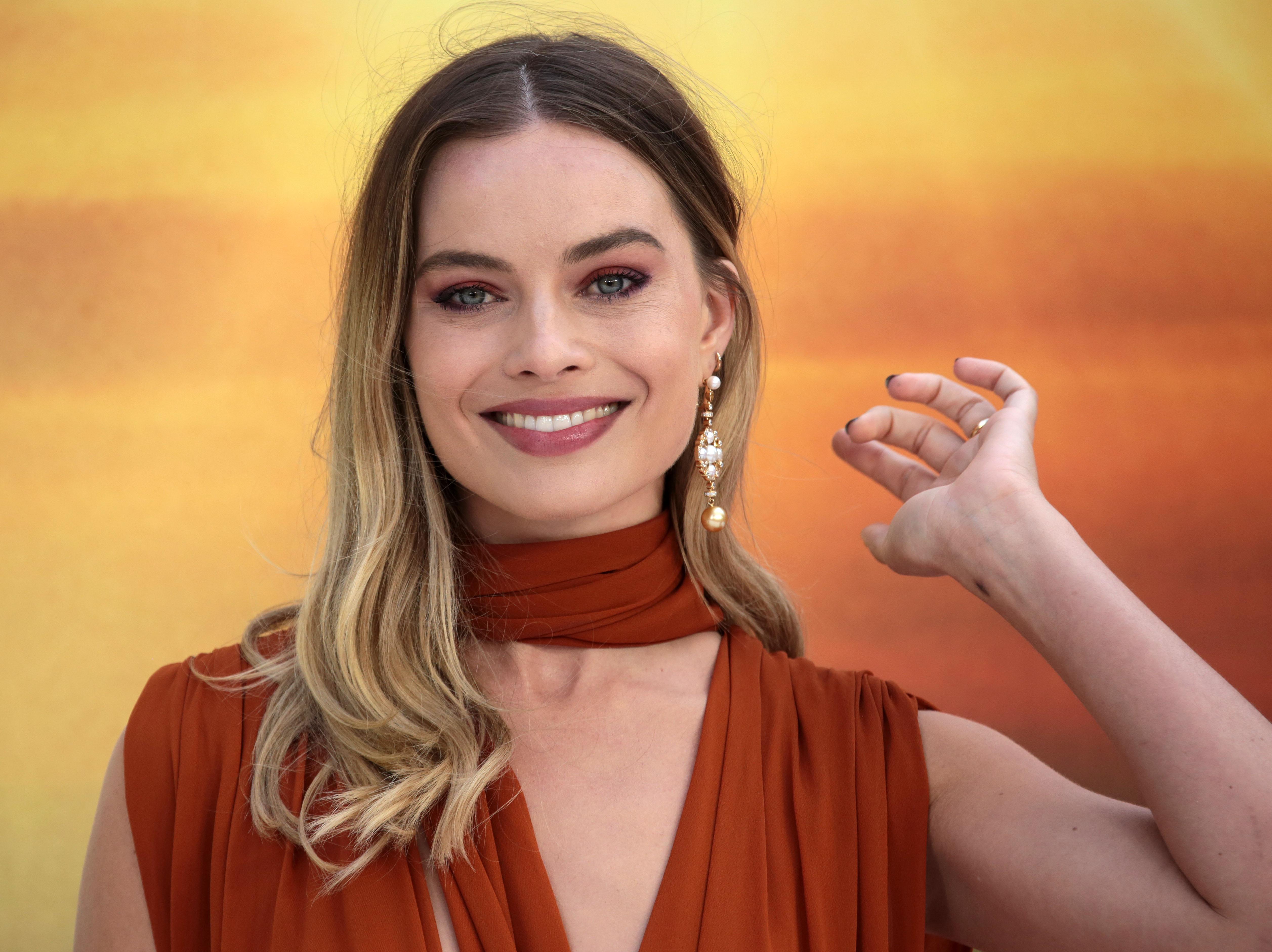 Δεν περιμέναμε ποτέ ότι αυτό το βερνίκι που επέλεξε η Margot Robbie θα έδειχνε τόσο καλοκαιρινό!