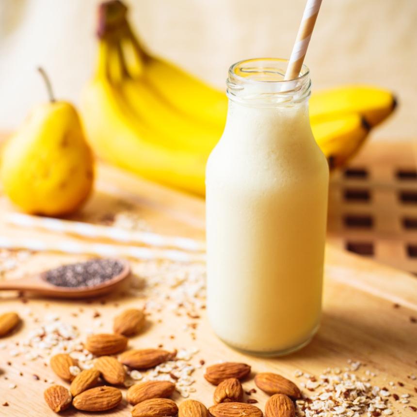 Συνταγή για δροσερό και θρεπτικό smoothie με μπανάνα και αμύγδαλα